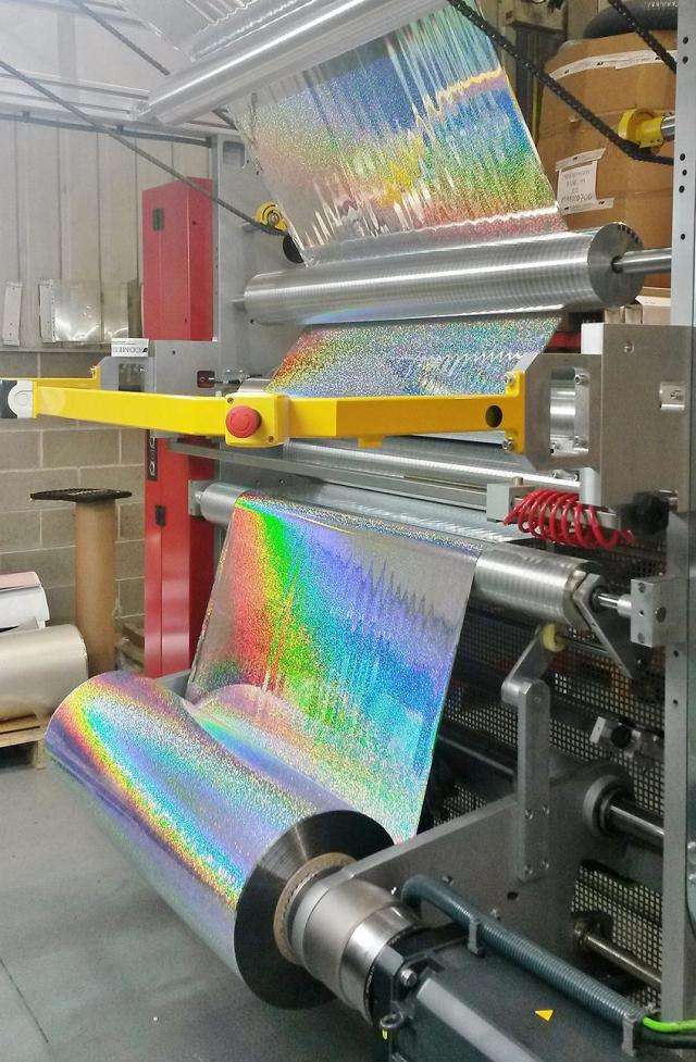 Получение голографических эффектов благодаря использованию технологии Cast & Cure